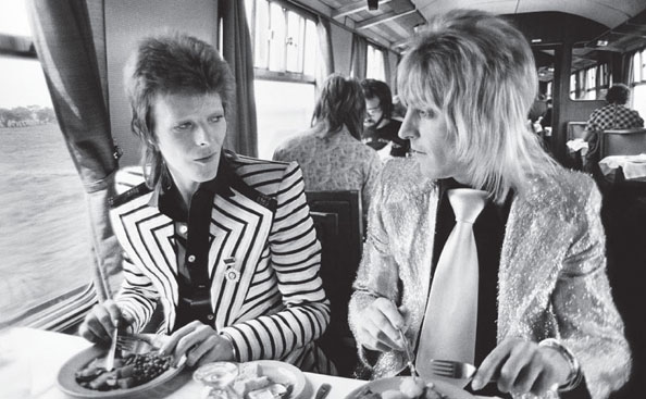 David Bowie and Mick Ronson chatting, 1973. © Mick Rock